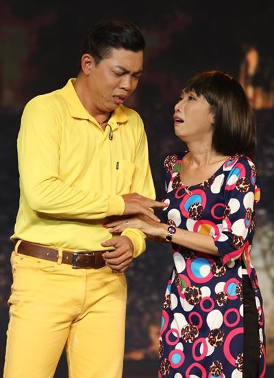 Cặp vợ chồng nghệ sĩ Lê Hùng (trái) - soạn giả Tô Thiên Kiều vào vai một cặp nghệ sĩ nghèo mưu sinh trong thời buổi cải lương thoái trào. Tiết mục đạt giải nhất tuần với 20 triệu đồng.