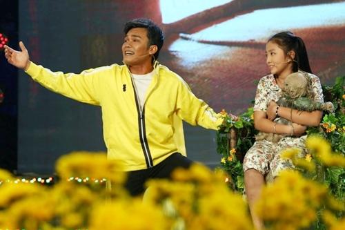 Trong tập 13 Đường đến danh ca vọng cổ, thí sinh Phạm Anh Chàng thể hiện vai diễn người cha trong bộ phim nổi tiếng của đạo diễn Victo Vũ mang tên Tôi Thấy Hoa Vàng Trên Cỏ Xanh.