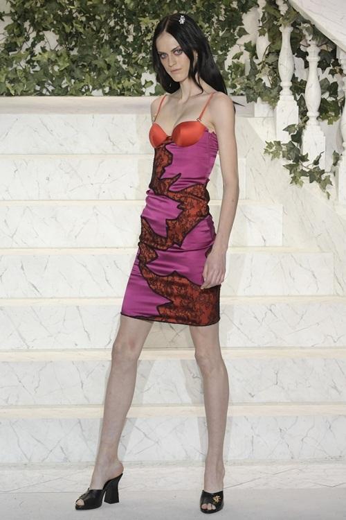Kendall Jenner phô vòng ba khi catwalk