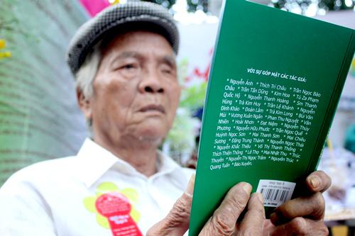 Một nhà thơ đọc tác phẩm của đội nghiệp tại Ngày thơ Việt Nam.