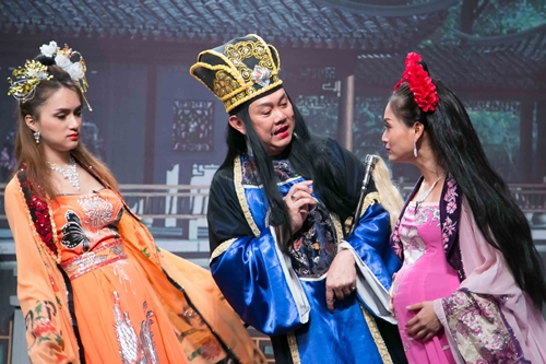 Chí Tài (giữa) vào vai thái giám trong tiểu phẩm Bí mật cung cấm.