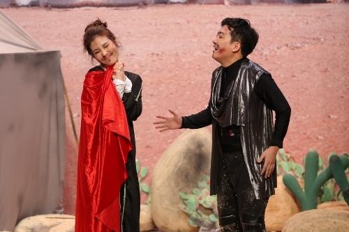 Diễm My 9x (trái) vào vai một cô công chúa giả làm người lính cận thần của một tướng quân.