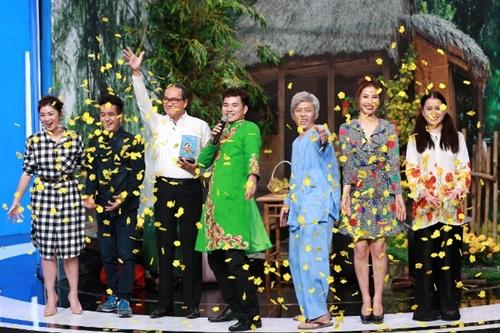 Ở tiểu phẩm chung cuộc với sự góp mặt của 4 khách mời, NSƯT Thanh Điền (áo trắng) là người nhận giải.