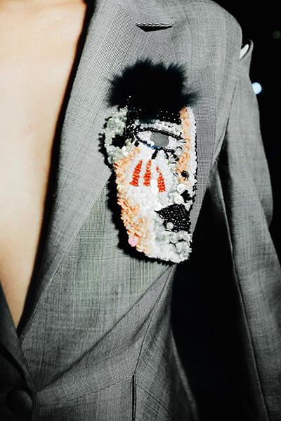 Chi tiết thêu đính trên áo vest của Devon Nguyễn.