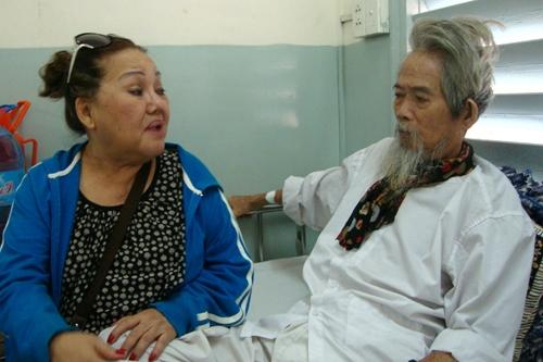 NSND Ngọc Giàu đến thăm bệnh Huỳnh Nga năm 2015.