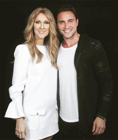 Nhà mốt Elisabetta Franchi khẳng định thương hiệu ở sự chăm chút tỉ mỉ đến từng chi tiết cho các sản phẩm. Céline Dion chọn mẫu váy trắng chữ A, một thiết kế được yêu thích của thương hiệu này từ bộ sưu tập thu đông 2016.