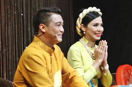 Liên tục cười trong suốt tiểu phẩm, Việt Trinh (phải) và Lý Hùng dành nhiều lời khen cho phần thi. Người đẹp Tây Đô cho rằng