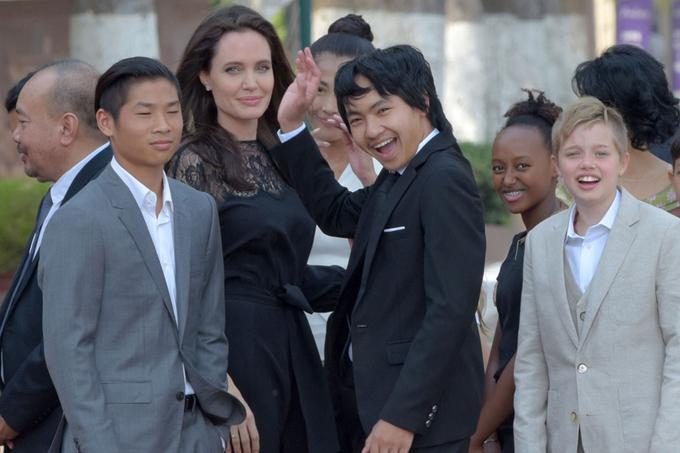 Angelina Jolie lần đầu đưa sáu con đi ra mắt phim từ khi ly hôn