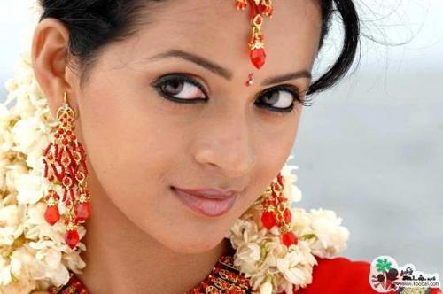 Bhavana mới đây là nạn nhân vụ cưỡng hiếp kinh hoàng ở Ấn Độ. Tối 17/2, trên đường đi làm buổi tối, cô bị những kẻ lạ mặt xông lên ôtô làm nhục. Những kẻ này còn quay video quá trình giở trò đồi bại. Sự việc gây chấn động làng phim Ấn Độ. Bhavana sinh năm 1986, gia nhập làng giải trí từ nưm 2002.