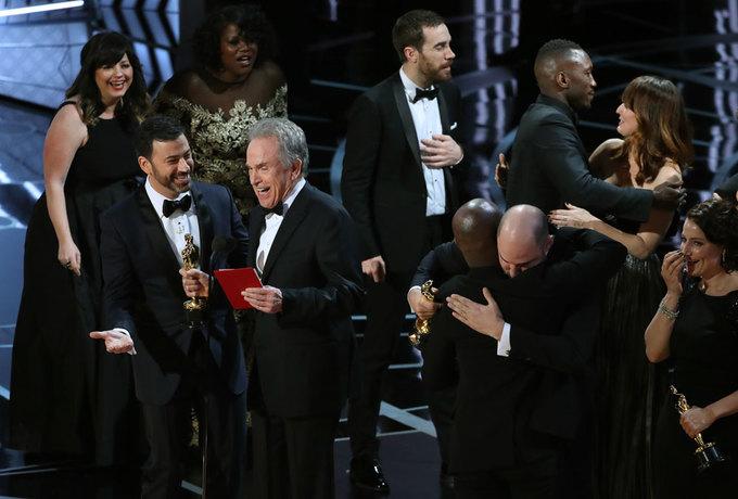 Sân khấu Oscar hỗn loạn vì màn xướng nhầm giải thưởng lớn