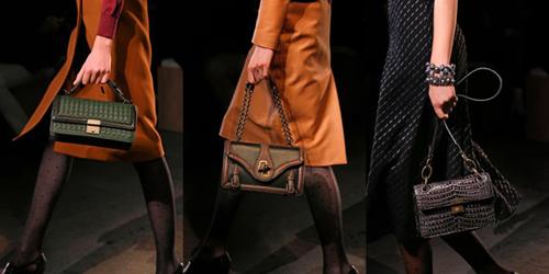 Trong khi thiết kế túi cấu trúc vuông vắn được đan bằng chất liệu lurex ánh vàng thì những chiếc túi mềm mại lại được đan bằng kỹ thuật Intrecciato truyền thống.