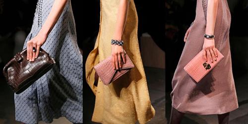 Những mẫu clutch The Lauren 1980, Piano hay thiết kế được lấy cảm hứng từ chiếc Knot clutch kinh điển khoác lên mình màu sắc tươi mới trên chất liệu da cá sấu được xử lý kỹ thuật tinh tế.