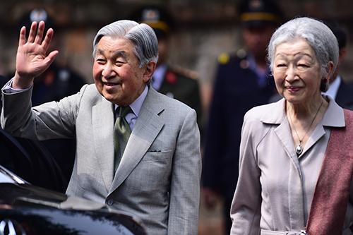 Nhà vua và Hoàng hậu Nhật ở Văn Miếu chiều 2/3.