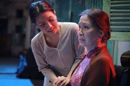 NSƯT Kim Xuân (phải) và Kiều Oanh trong phim mới. Ảnh: ĐPCC.