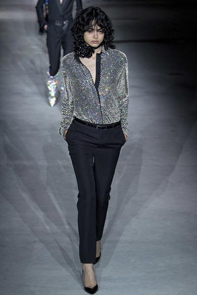Aviv Schneider sải bước ấn tượng trên đôi giày của Saint Laurent.