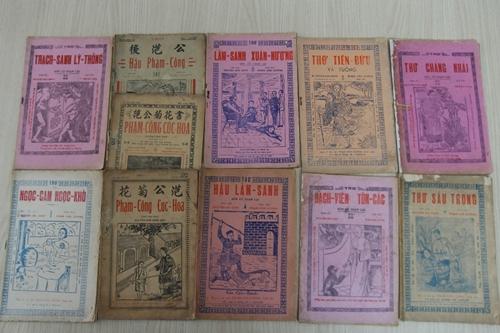 Sách cũ được trưng bày trong ngày hội.