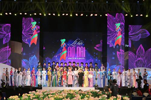 Tham dự chương trình nghệ thuật Tinh hoa áo dài Việt, nhà thiết kế Việt Hùng trình làng bộ sưu tập mới mang tên Sen Ba Miền trên chất liệu lụa Thái Tuấn. Những đoá sen ngát hương - biểu tượng của dân tộc được chọn lựa làm hoạ tiết chính cho các mẫu trang phục truyền thống.