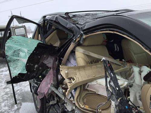 Chiếc xe của ca sĩ  John McInerney bị hỏng nặng nề khi có va chạm xảy ra.