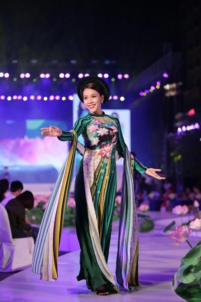 Cộng hưởng với kỹ thuật cắt may tinh tế là chất liệu mềm mại từ lụa Thái Tuấn. Hai yếu tố này được kết hợp hài hòa để tạo nên những mẫu trang phục truyền thống, tôn nét dịu dàng và gợi cảm của người phụ nữ Việt.