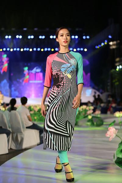 Bên cạnh các mẫu áo dài truyền thống, nhà thiết kế còn giới thiệu một số sản phẩm cách tân cổ tròn, cổ thuyền& phù hợp với xu hướng mới. Khăn choàng trang trí hoa văn ton sur ton cũng được sử dụng để tăng thêm vẻ cuốn hút cho người mẫu.