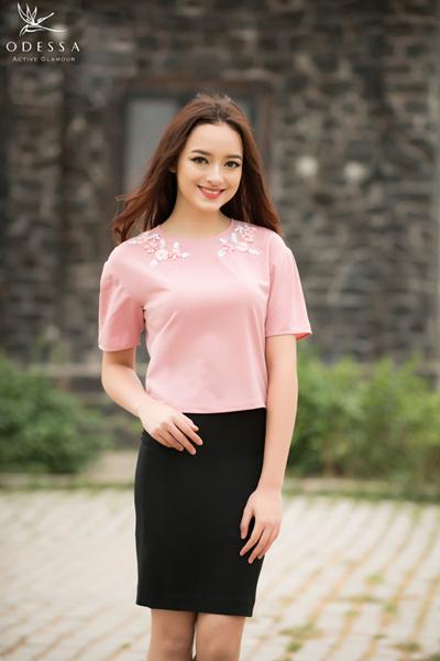 Áo croptop hồng kết hợp chân juyp đen năng động.