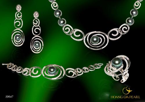 Bộ trang sức sang trọng với điểm nhấn là những viên ngọc trai Tahiti đen ánh xanh lộng lẫy, kích thước ngọc 9,0-11 mm. Thiết kế chinh phục những nữ doanh nhân và quý cô thành đạt.