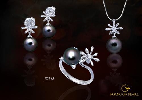 Bộ trang sức ngọc Tahiti, kích thước ngọc 8,1-11 mm đi cùng thiết kế hoa tuyết trên chất liệu vàng 18K đính kim cương.