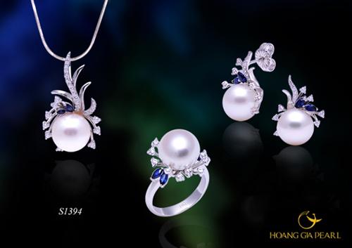 Thiết kế mềm mại mang vẻ đẹp tinh khôi, trẻ trung của bộ trang sức ngọc trai South Sea ánh trắng, kích thước ngọc 10-13 mm.