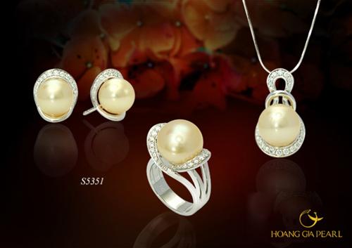 Sang trọng và thanh lịch là vẻ đẹp mà bộ trang sức ngọc trai South Sea ánh vàng kim quý hiếm, kích thước ngọc 10-13 mm mang đến cho chủ nhân.