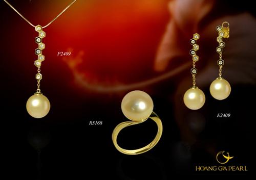 Những cô nàng ưa thích phong cách dịu dàng, nữ tính có thể lựa chọn bộ trang sức hoa tai và dây chuyền dáng dài, kết hợp cùng nhẫn phong cách tối giản. Thiết kế dùng ngọc South Sea ánh vàng kim quý hiếm có kích thước 10,6-12 mm.