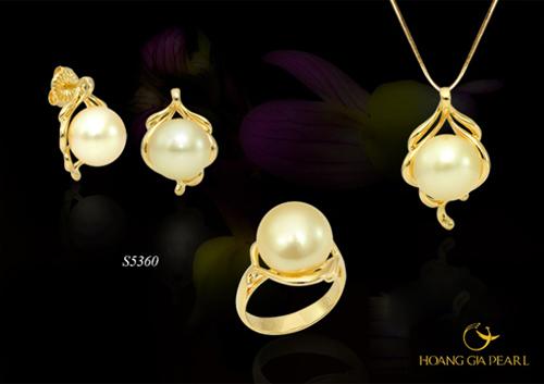 Bộ trang sức ngọc trai South Sea sắc vàng kem lộng lẫy, kích thước ngọc 11,1-14 mm sẽ giúp các cô gái tô điểm vẻ đẹp sang trọng của mình.