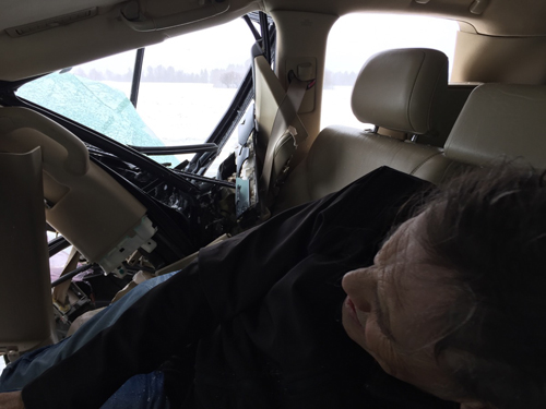 Nam ca sĩ John McInerney ở trong chiếc xe bị tai nạn.