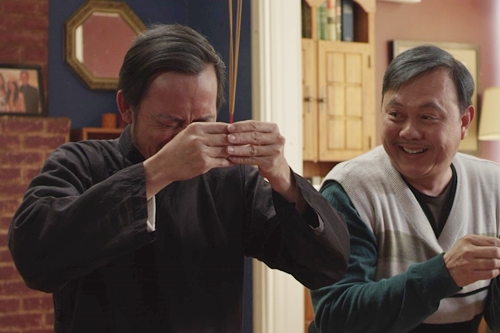 Chí Tài (phải) đóng vai Năm Triều, người bạn diễn của Tư Lành. Hoài Linh chia sẻ anh và đàn anh