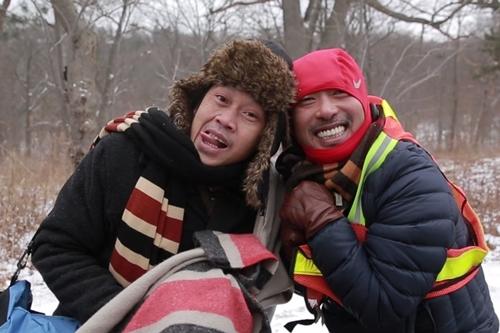 Đạo diễn Nguyễn Quang Dũng (phải) cho biết anh thực hiện phiên bản điện ảnh của vở kịch nổi tiếng với tâm thế của người trẻ. Bộ phim do đó còn là sự xung đột giữa hai thế hệ già - trẻ, văn hóa Tây - Ta.