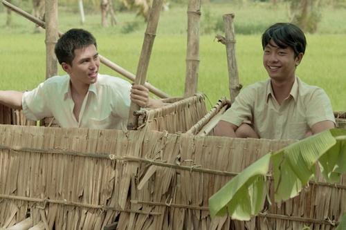 Phim tái hiện làng quê miền Tây với khung cảnh đường làng, cầu tõm... Ảnh: Hai nhân vật Tư Lành (phải) và Năm Triều thời trẻ (Đình Hiếu và Will đóng).