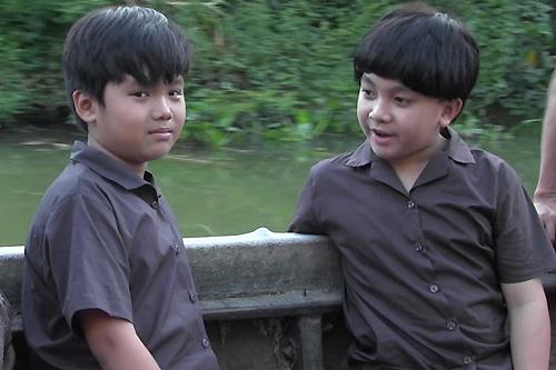 Trọng Khang (trái) và bé Ben - con nuôi Hoài Linh - đóng vai Tư Lành và Năm Triều thuở bé.