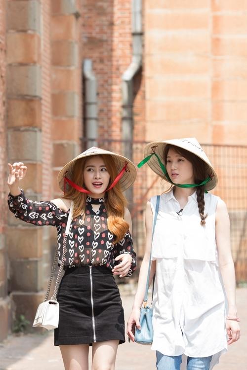 Á hậu Hàn Quốc ngồi xích lô dạo Sài Gòn cùng Chi Pu