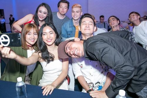 Kiều Minh Tuấn (phải) và Huy Khánh (áo trắng) bên dàn diễn viên trẻ. Phim Em chưa 18 được bấm máy từ tháng 9/2016 và đang trong giai đoạn hậu kỳ, dự kiến khởi chiếu ngày 28/4.