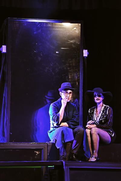 Hai nhân vật David (Hoàng Phương đóng) và Mina (Hứa Thanh Tú đóng) trong một trích đoạn ở phần đầu vở kịch.