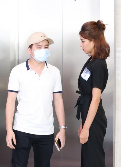 Phan Mạnh Quỳnh đeo khẩu trang đưa người yêu đi thi. Bạn gái anh là