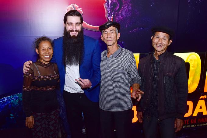 Đạo diễn 'Kong: Skull Island' hội ngộ nhóm diễn viên Việt đóng thổ dân