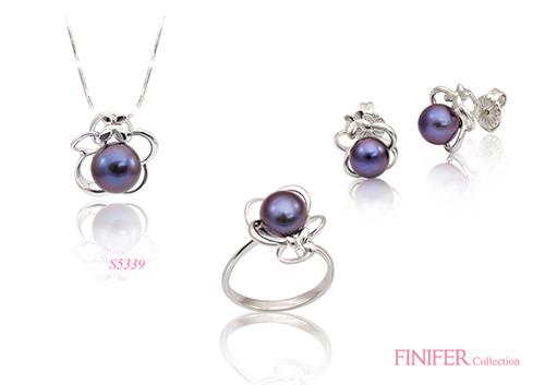 Ngọc trai fresh water có thể được xử lý màu để mang lại những ánh sắc thời trang. Sắc tím huyền ảo trong bộ trang sức đi cùng thiết kế nhẹ nhàng tạo nên vẻ đẹp độc đáo.