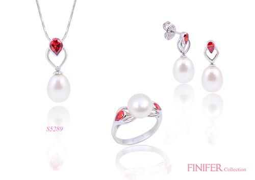 Ngọc trai sắc trắng đính đá đỏ mang lại sự phá cách cho các cô nàng yêu thời trang.