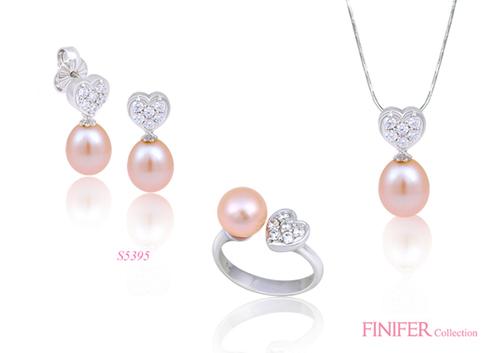 Trang sức ngọc trai sắc hồng dâu được chế tác khéo léo, tinh xảo cùng họa tiết hình tim đính đá trắng.
