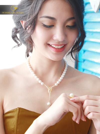 Chuỗi ngọc trai cũng được các nhà chế tác của Hoàng Gia Pearl biến tấu thành kiểu vòng cổ thời trang sang trọng và thanh lịch.