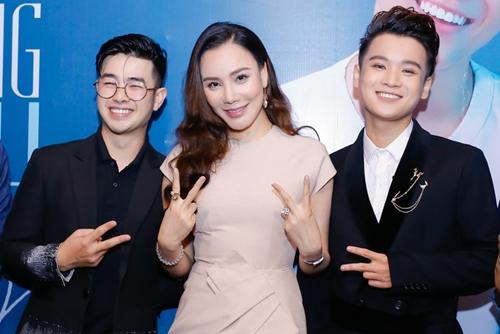 Chiều 16/3, Hồ Quỳnh Hương đến mừng Thái Ngân - học trò X-Factor 2014 - ra mắt MV mới Như anh vẫn yêu.
