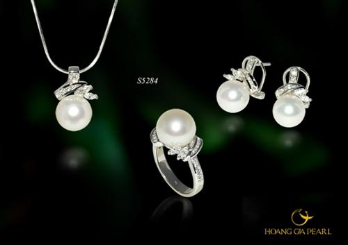 Tinh khôi - bộ trang sức với sắc trắng nổi bật của ngọc South Sea kích thước ngọc 10,1-13 mm được tôn vinh cùng độ sáng trong của kim cương, vàng trắng. Giá tham khảo của sản phẩm là 315 triệu đồng.