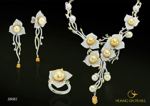 Vườn thượng uyển - bộ trang sức lộng lẫy với những đóa hoa đua nở, sử dụng ngọc South Sea ánh vàng kim, kích thước 9-13 mm. Thiết kế thể hiện khả năng kết hợp giữa vẻ đẹp của ngọc quý biển cả cùng sắc hoa mùa xuân. Sản phẩm có giá tham khảo 423,3 triệu đồng.