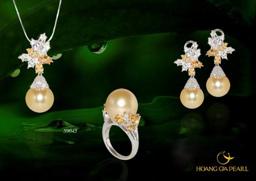 Bộ trang sức Thu vàng kết hợp giữa vẻ đẹp của ngọc trai South Sea ánh vàng kim quý hiếm, kim cương và vàng trắng. Kích thước ngọc được sử dụng là 11,1-14 mm cùng mức giá tham khảo 310,4 triệu đồng.