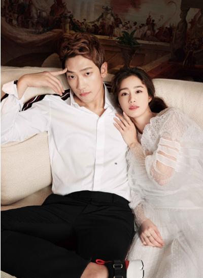 Kim Tae Hee tựa vào chồng tình tứ.